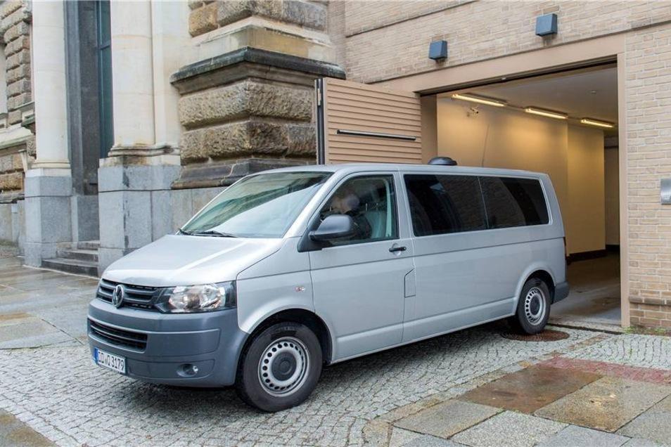 Gegen die beiden Verdächtigen - die hier in einem Transporter das Amtsgericht in Dresden verlassen - wurde Haftbefehl erlassen.