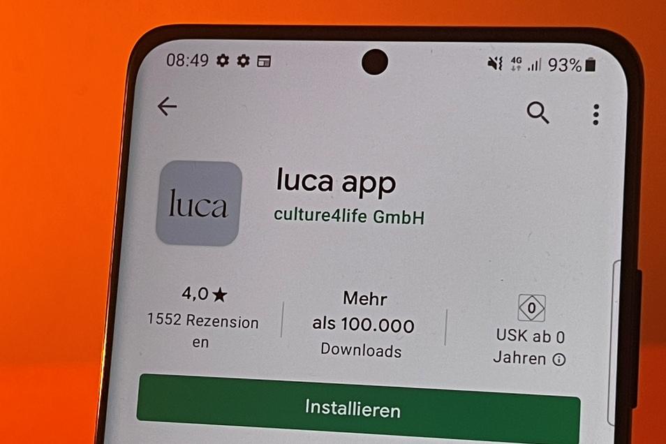 Die Luca-App im Google Play Store auf einem Android-Smartphone. Sie soll die Kontaktnachverfolgung zur Eindämmung der Corona-Pandemie erleichtern, zum Beispiel nach Besuchen in Cafés oder Restaurants, und dort die bislang praktizierte Zettelwirtschaft abl