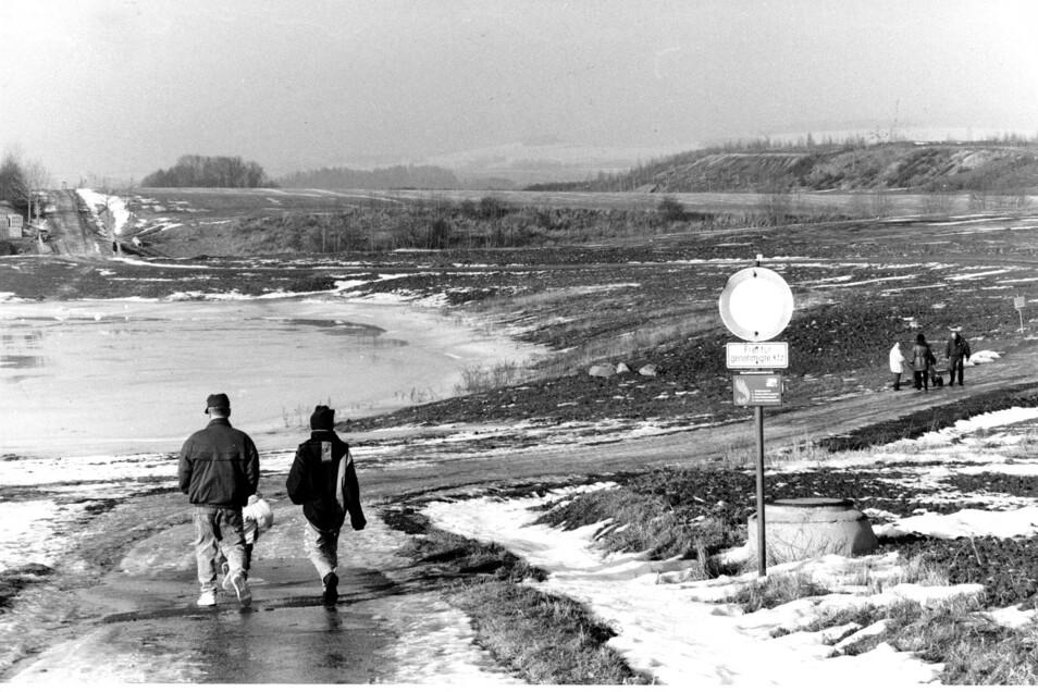 So sah der künftige Olbersdorfer See nach Beginn der Rekultivierung und Flutung im Februar 1997 aus.