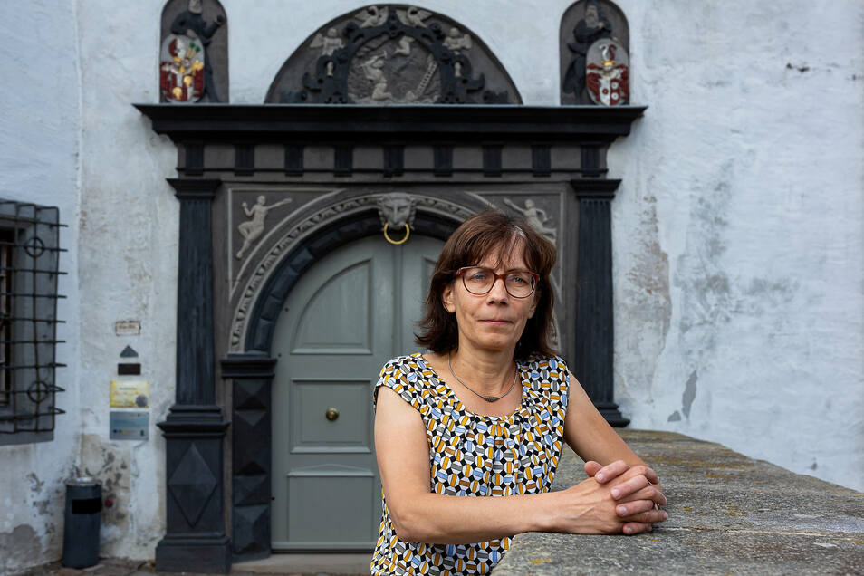 Museumsleiterin Gabriele Gelbrich lädt zu einem kleinen Rundgang durch die neue Ausstellung ein.