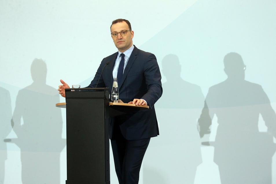 Jens Spahn (CDU), Bundesgesundheitsminister, hatte sich am Donnerstag zu möglichen Einsätzen von Beschäftigten des Gesundheitswesens in Kliniken oder Pflegeheimen geäußert, die sich mit dem Coronavirus angesteckt haben.