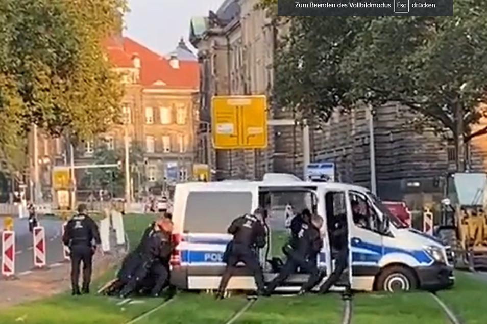 Die Dresdner Bereitschaftspolizei versucht am Montag, einen Transporter aus dem Gleisbett zu schaukeln.
