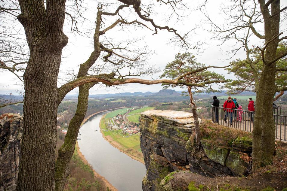 So sieht es am Basteifelsen derzeit aus. Die schwebende Plattform die letzten Meter bis zur vorderen Felskante überbrücken.