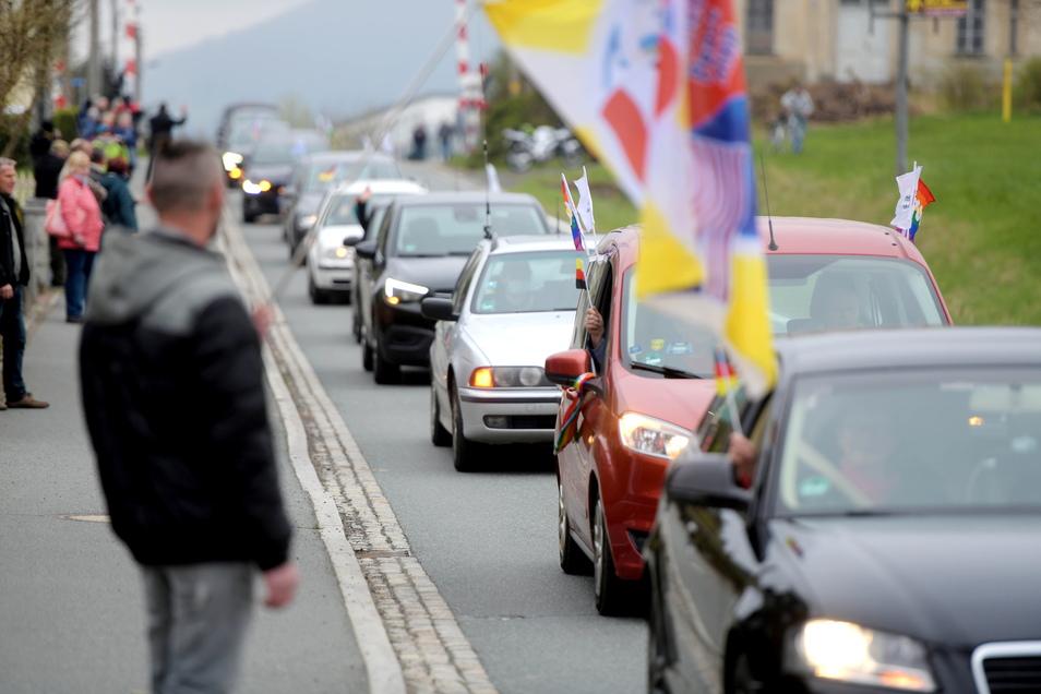 Für vier Autokorsos gegen die Corona-Maßnahmen war Großschönau heute das Ziel. Insgesamt 282 Autos kamen an. Zahlreiche Bürger standen auch an der Straße.