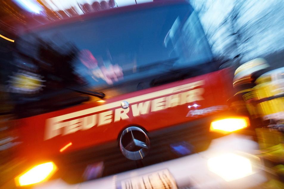 Leipzigs Feuerwehrleute mussten in der Nacht zu Montag drei größere Brände löschen. Die Feuer wurden offenbar mutwillig gelegt.