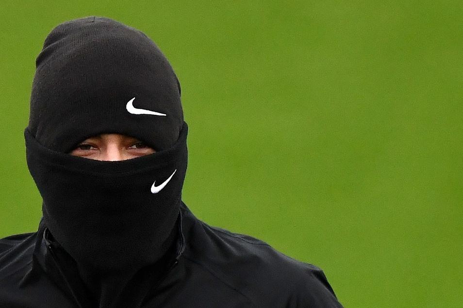 Beim Spiel können Fußballer keine Masken tragen, da sie dadurch schlecht Luft bekommen.