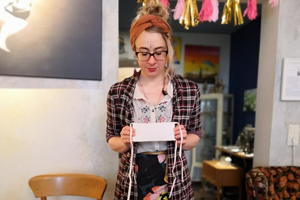 Nancy Scholz, Inhaberin des Café Herzstück näht schon seit mehreren Wochen. Übers Wochenende war ihr Vorlauf plötzlich weg. Man kann Masken aber bei ihr bestellen.