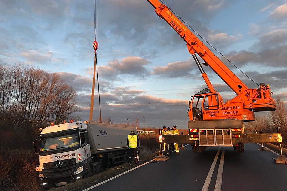 Dieser Laster war am Freitagmorgen an der A14-Ausfahrt Döbeln-Nord in den Straßengraben gerutscht. Die Bergungsarbeiten dauern an.