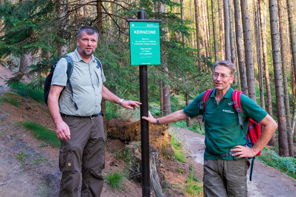 Ranger Michael Hörenz (li.) und Nationalparksprecher Hanspeter Mayr: In der Kernzone des Nationalparks ist es streng verboten draußen zu übernachten.