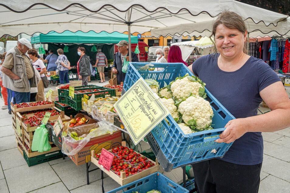Viele regionale Produkte gibt es auf den Wochenmärkten in der Region, zum Beispiel in Bautzen, wo Manuela Ackermann vom Tutti-Frutti Obst- und Gemüsehandel unter anderem Blumenkohl aus Neupurschwitz anbietet.