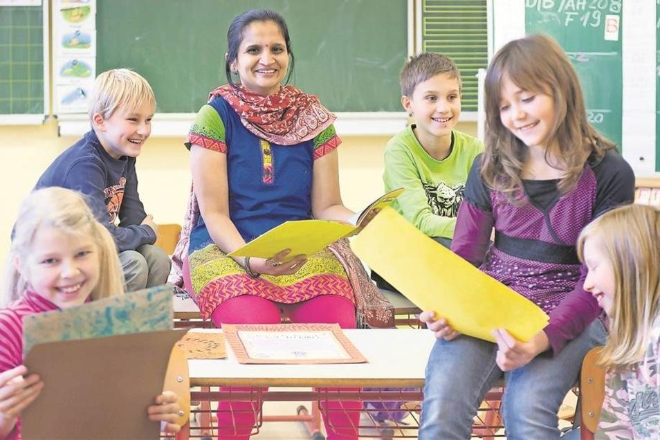 Nur eine Handvoll Kinder zu unterrichten, das ist eine Premiere für Yashashree Devdikar (Mitte). Die Inderin hat in ihrer Heimat bis zu 60 Schüler in einer Klasse. An der Grundschule in Oberottendorf ist das anders. Hier kann sie sich für Anne, Moritz, Da