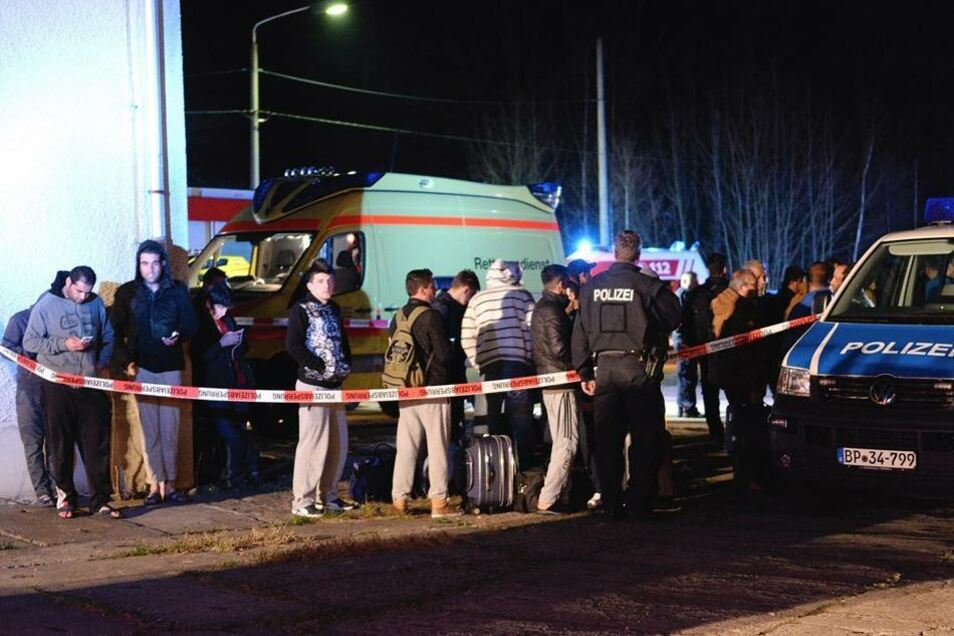 Die rund 100 Bewohner kamen vorerst in einer Asylbewerberunterkunft in Freital unter.