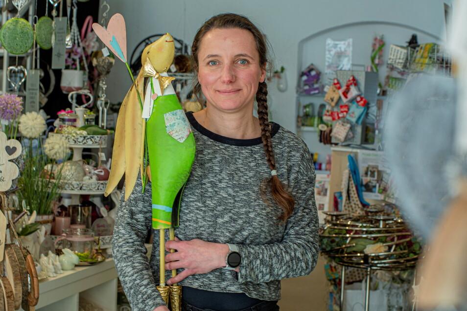 Jacqueline Zinke vom Kamenzer Geschäft RoomOutfit freut sich, dass sie wieder öffnen darf. Die Oster-Deko-Artikel liegen schon bereit.