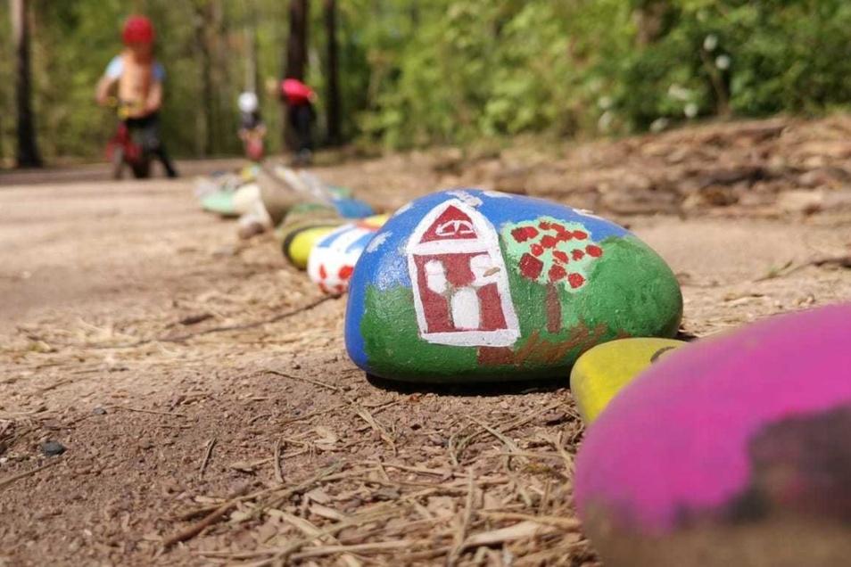 Kinder haben die Steine mit ihren Eltern bemalt.