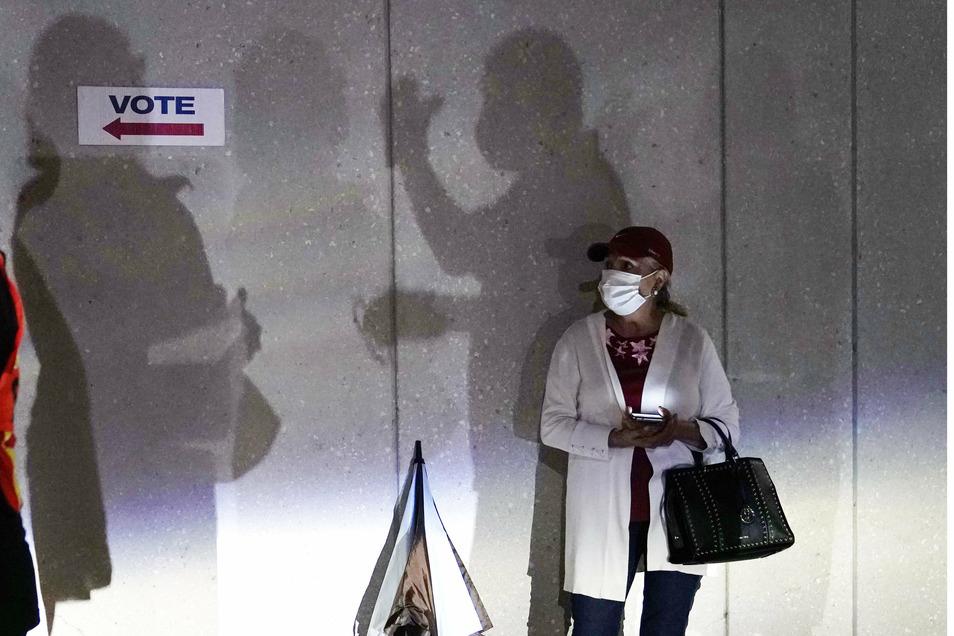 Eine Wählerin wartet in einem Wahllokal in Miami/Florida darauf, ihre Stimme bei den Präsidentschaftswahlen vorzeitig abzugeben.