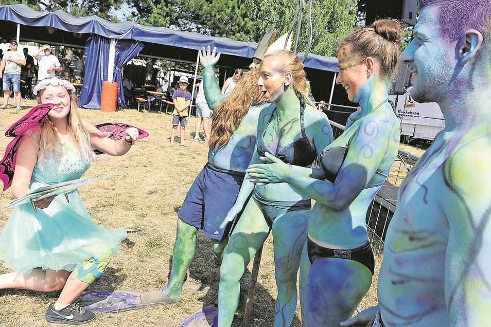 Nach dem Badewannenrennen beim 33. Neptunfest 2019 am Halbendorfer See ließ es sich Neptun mit seinem Gefolge nicht nehmen, die glückliche durchgeknallte Elfe Priska Voigt aus Marienberg (Erzgebirge/im Bild) persönlich zu beglückwünschen.