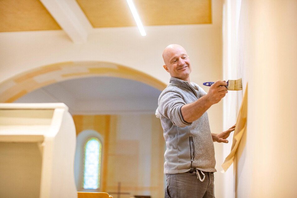 Noch in dieser Woche machte der Meißner Malermeister Tilo Hasch ein paar letzte Arbeiten in der nun Streumener Dorfkirche. Das Gebäude ist innen kaum mehr wiederzuerkennen.