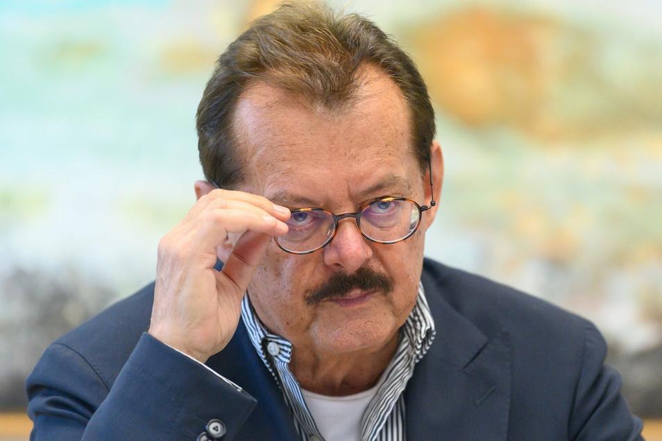Dresdens Uniklinik-Vorstand Michael Albrecht spricht sich trotz Virusmutationen nicht generell gegen Lockerungen bei den Corona-Regeln aus. Der Maßstab dafür, die Sieben-Tage-Inzidenz, greife aber zu kurz, sagt er im SZ-Gespräch.