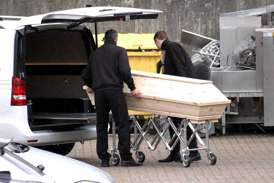 In einem Altenheim in Wolfsburg ging alles ganz schnell: Keine typischen Corona-Symptome und ein deutlich verkürzter Sterbeprozess. Mittlerweile sind dort über 20 Bewohner nach einer Infektion mit Covid-19 gestorben.