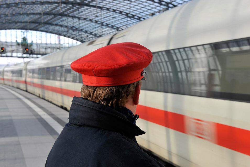 Bahn-Mitarbeiter bekommen etwas mehr Geld.