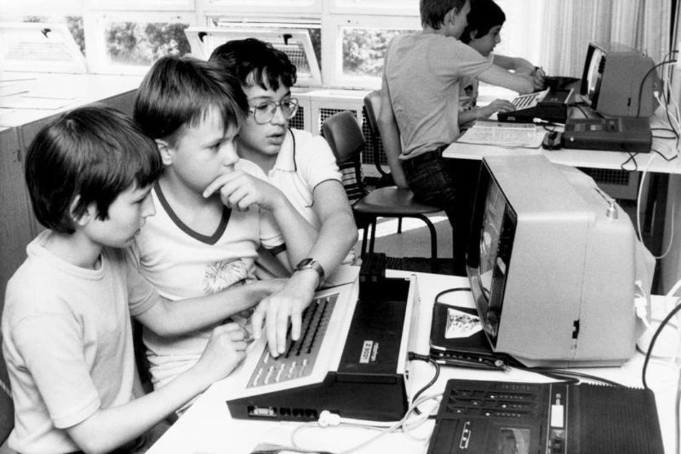 """Schüler in der DDR-Schulstation """"Junger Techniker"""" mit modern eingerichteten Elektronikkabinetten, wo sie die Grundlagen der Computertechnik erlernen."""