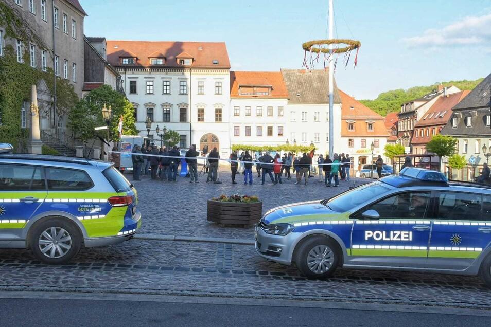 Die Polizei war mit 20 Beamten vor Ort und sicherten das Versammlungsgeschehen ab. Es kam zu keinen Zwischenfällen.