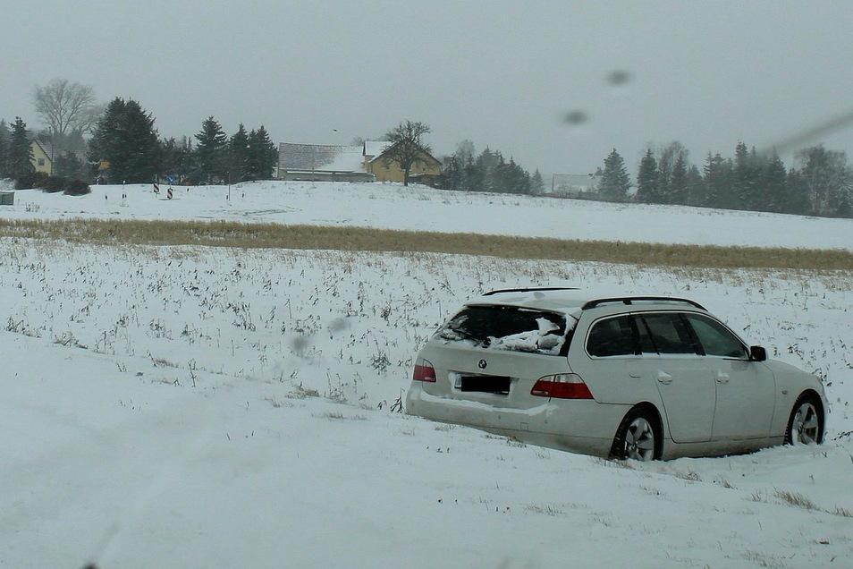 Ein BMW kommt bei Zschaiten von der Fahrbahn ab und landet auf einem Feld.