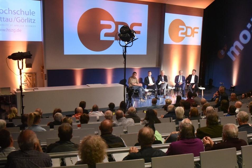 Der ZDF-Bürgerdialog im Haus IV der Hochschule am Zittauer Stadtring aus Sicht eines Bürgers. Foto: Matthias Weber