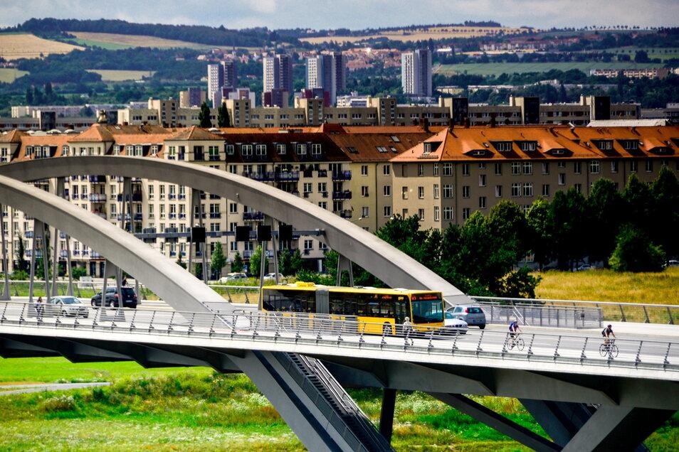 Über die Waldschlößchenbrücke sollen künftig längere Busse fahren können. Dafür ist ein Umbau nötig.