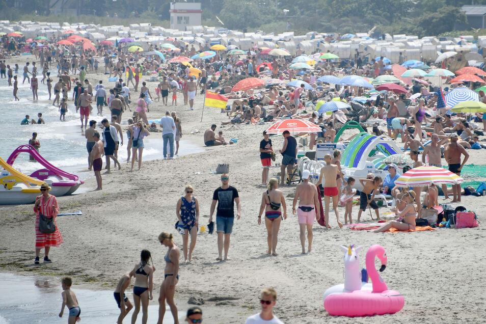 Schleswig-Holstein, Timmendorfer Strand: Besucher bevölkern am Freitag den Strand der Ostsee.