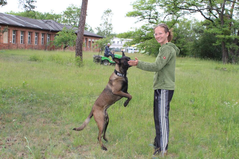 """""""Dogwerk""""-Investor Martin Geyer (im Hintergrund) arbeitet mit Andrea Sickert zusammen. Die 39-Jährige ist Vorsitzende des Vereins """"Verein(t) für Hunde am Dogwerk"""", der ab Juli auf dem Gelände in Lauta sein Domizil haben wird."""