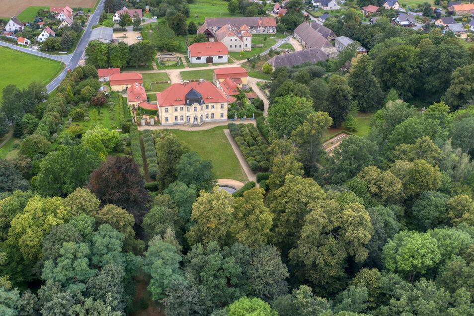 Vorn sieht man den fast wilden Englischen Garten, der an den Barockpark des Schlosses Königshain anschließt. Das Besondere ist, dass auf dem Gelände auch noch das Renaissanceschloss (hinten Mitte) und der Steinstock (hinten rechts) erhalten sind.