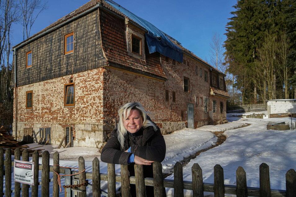 Dana Schmidt hat das alte Grenzhaus an der Hainspacher Straße in Sohland gekauft und will hier eine Arztpraxis, eine Wohnung und eine Ferienwohnung einrichten.