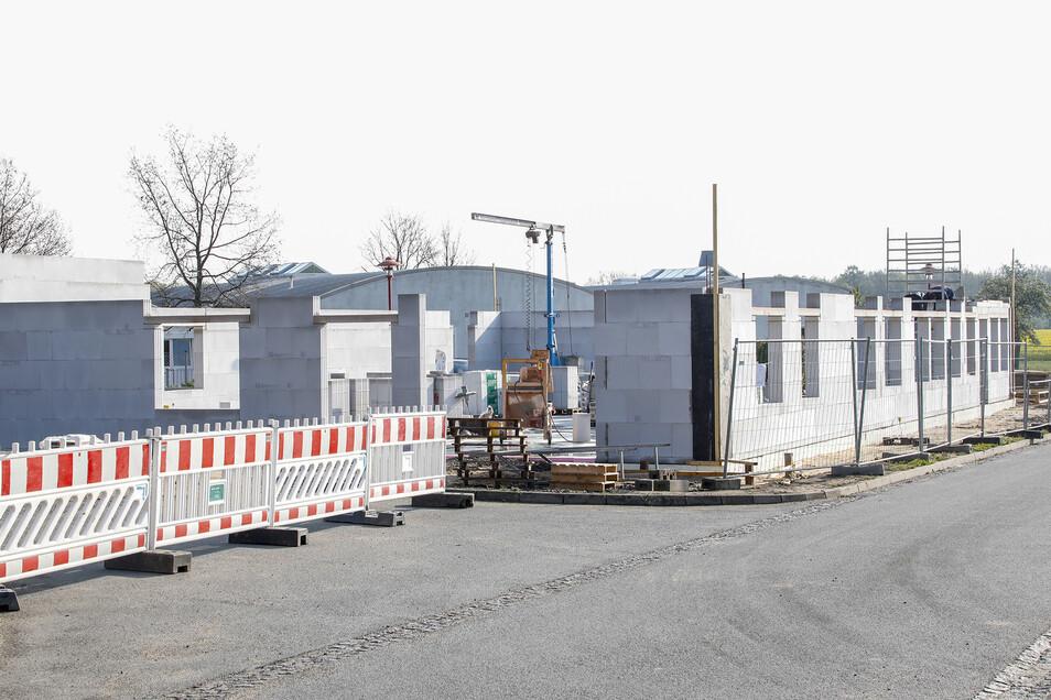 Das Bild auf der Baustelle ändert sich täglich: Hier die Anfänge der neuen Wäscherei am Katharinenhof in Großhennersdorf.