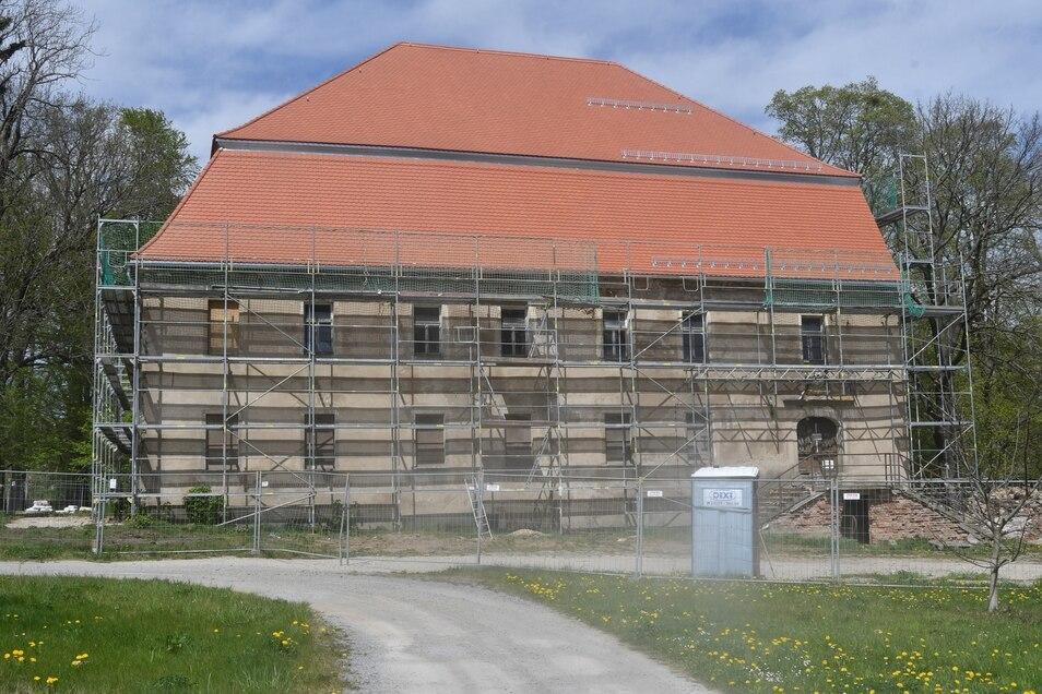 Das Herrenhaus Oberottendorf bei Neustadt. Zuletzt wurden noch die Gerüste entfernt. Wer kauft nun das Anwesen?