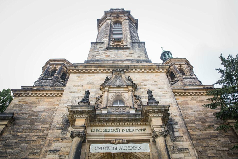 50 Meter hoch empor ragt der Turm der Lukaskirche in der Südvorstadt. Die ersten Sanierungsarbeiten sind jetzt abgeschlossen.