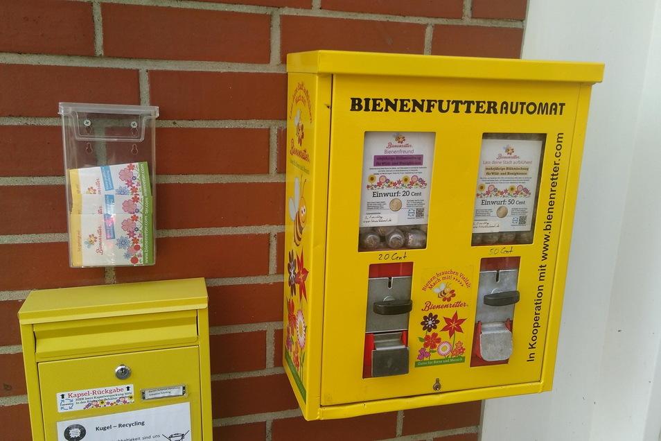 Saatgutmischungen für bienengerechte Blumen werden in umgebauten Kaugummiautomaten angeboten.