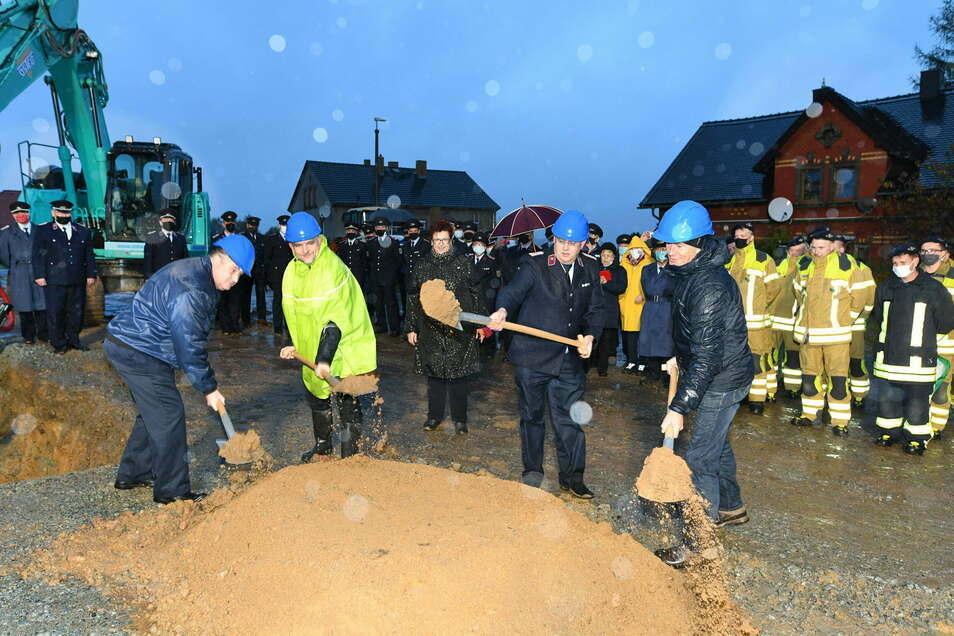 Der erste Spatenstich für das neue Feuerwehrdepot wurde im November vollzogen.