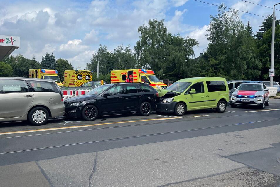 Bei einer Kollision von drei Pkw in Dresden wurde mindestens eine Person verletzt.