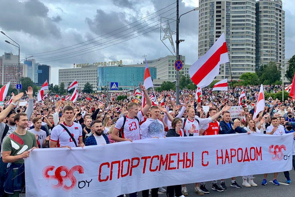 Immer mehr Sportler schließen sich in Belarus dem Protest gegen Präsident Lukaschenko an und gehen wie hier in der Hauptstadt Minsk auf die Straße.