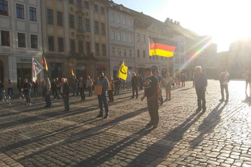 Pegida-Anhänger bei der Demonstration am Montag vor dem Zittauer Rathaus.