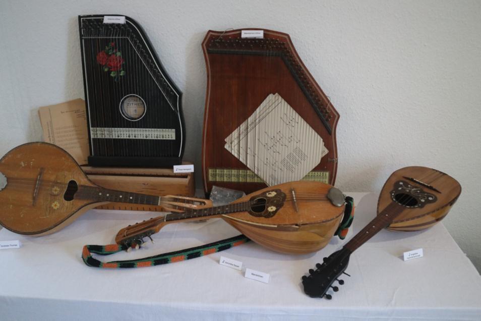 """Die Weihnachtsausstellung 2020 im Lohsaer Zejler-Smoler-Haus hat zum Thema """"Musikinstrumente im Wandel der Zeit"""". Sehr dankbar ist der Förderverein Begegnungsstätte Zejler-Smoler-Haus Lohsa den zahlreichen Unterstützern für ihre Leihgaben."""