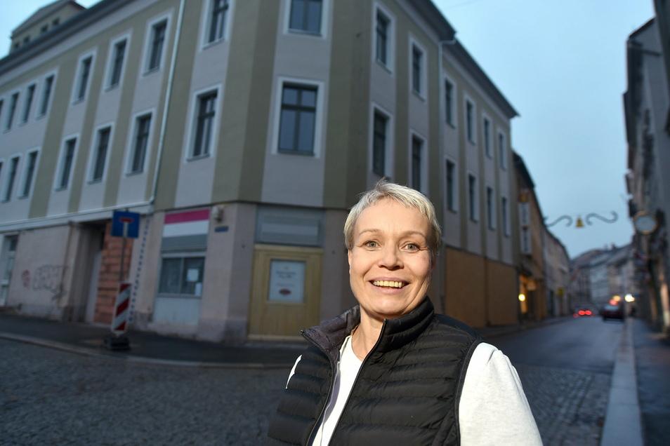 Kathrin Scholz vor dem künftigen Stadthotel König Albert an der Ecke Albert-/Reichenberger Straße in Zittau.