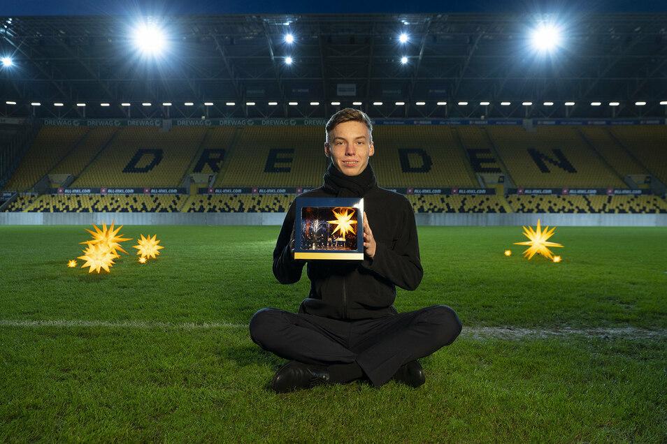 Kruzianer David präsentierte unlängst die Geschenkbox mit Herrnhuter Stern und Kreuzchor-Doppel-CD im Dresdner Stadion.
