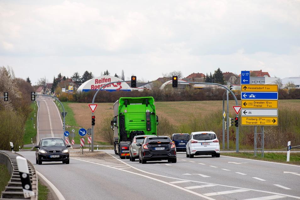 Die kurze Linksabbiegespur von der Umgehungsstraße Wilsdruff-Kesselsdorf an der Kreuzung mit der B173 in Richtung Dresden wird oft zum Problem. Die Stadt Wilsdruff möchte, dass hier Änderungen vorgenommen werden.