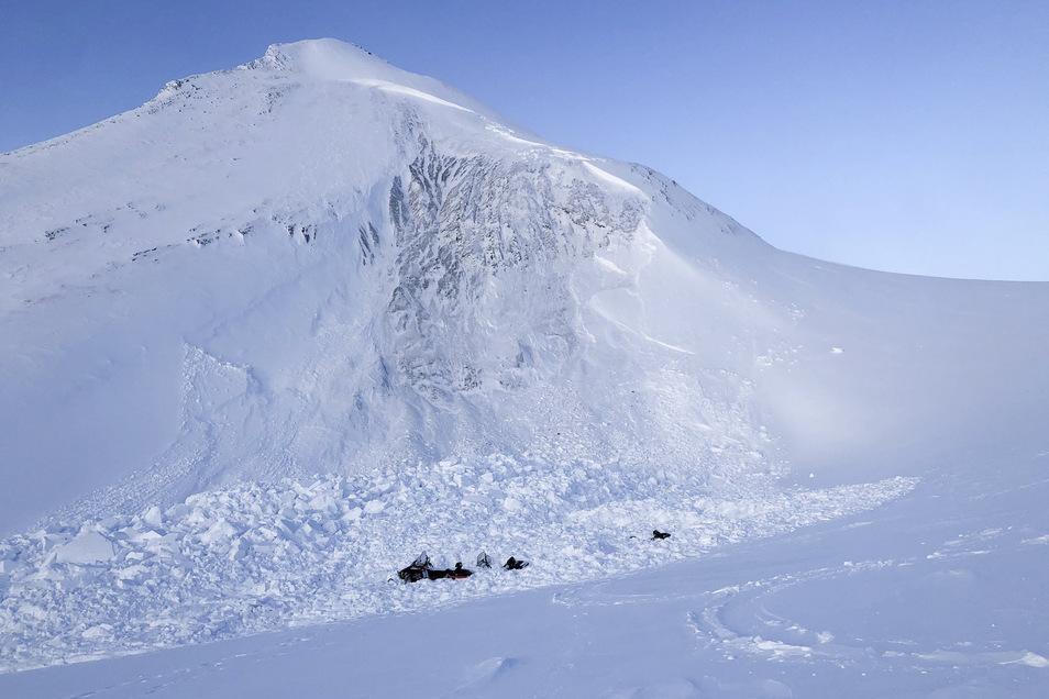 Auf der norwegischen Inselgruppe Spitzbergen sind zwei deutsche Touristen bei einem Lawinenabgang ums Lebens gekommen.