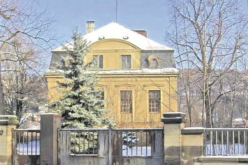 Bis zum Brand Ende November stand die neobarocke Villa aus den 1920er-Jahren noch unversehrt am Blasewitzer Elbufer.