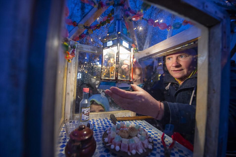 Künstlerin Bärbel Haage hat die beleuchteten Schaukästen für den Lichterpfad gestaltet.