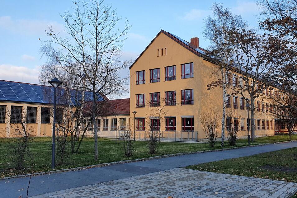 Photovoltaik-Anlage auf der Diesterweg-Grundschule in Pirna-Copitz: Künftig sollen noch viele Dächer mit dieser Technik bestückt werden.