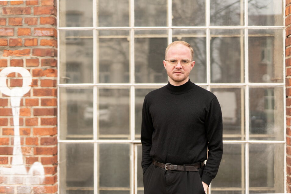 Markus Pohle (30) trägt meist ein schwarzes Outfit, wenn er nicht wie in Coswig mit Sakko und Hemd auf Wahlkampf-Tour ist.